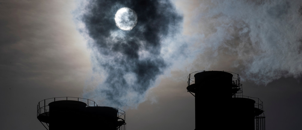 Sun shines through steam rising from chimneys of a power plant in Moscow, Russia November 13, 2019. REUTERS/Maxim Shemetov     TPX IMAGES OF THE DAY - RC2AAD9QDH08