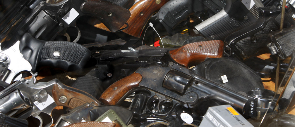 Guns and revolvers are seen on sales in a Paris gunsmith's store May 5 , 2008.  REUTERS/Charles Platiau (FRANCE) - PM1E45511IV01