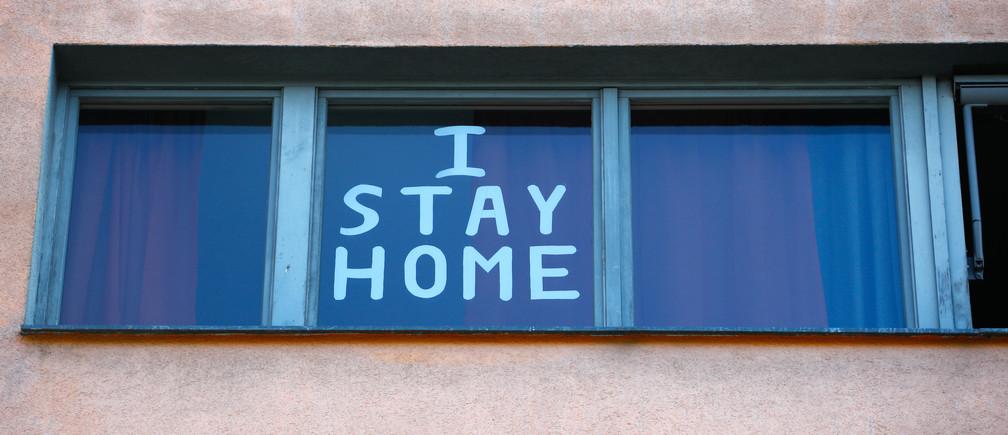 """""""Je reste à la maison"""" est vu dans un immeuble résidentiel à Berlin, en Allemagne, le 25 mars 2020, alors que la propagation de la maladie à coronavirus (COVID-19) se poursuit."""