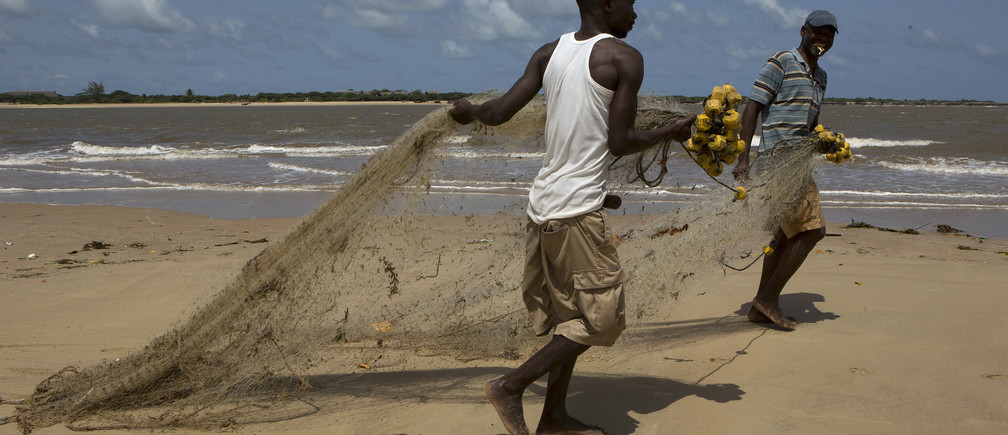 Fishermen prepare to cast a net from the beach in Shela, Lamu, an island in the Indian Ocean off the northern coast of Kenya July 13, 2014. REUTERS/Siegfried Modola (KENYA - Tags: SOCIETY) - GM1EA7E01PV01