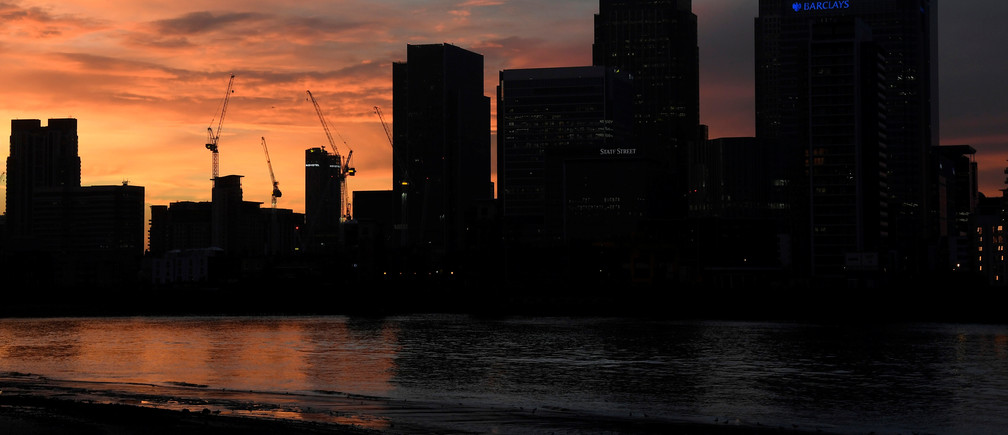The Canary Wharf business district is seen at dusk in London, Britain December 11, 2016. REUTERS/Toby Melville - RTX2UJR9