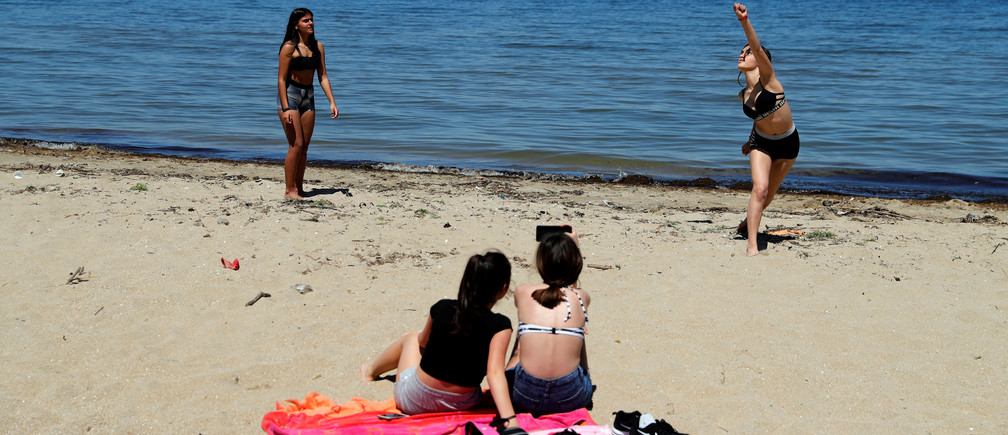 Las niñas juegan al voleibol en la playa de Peraia mientras Grecia comienza una gradual flexibilización del bloqueo nacional debido a la propagación de la enfermedad coronavirus (COVID-19), en Tesalónica, Grecia, el 5 de mayo de 2020.