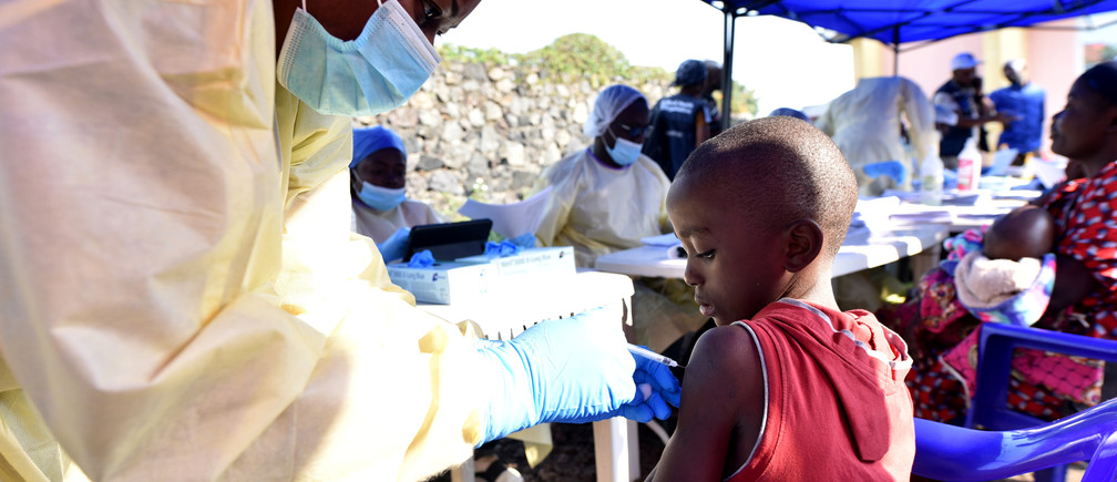 A Congolese health worker administers ebola vaccine to a child at the Himbi Health Centre in Goma, Democratic Republic of Congo, July 17, 2019. REUTERS/Olivia Acland - RC1727FF96B0