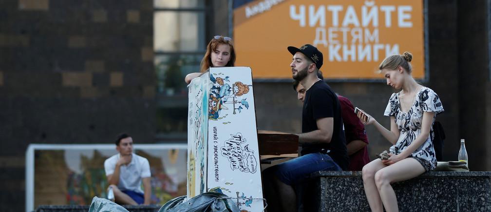 Youth play the piano on Pushkinskaya street in Rostov-On-Don, Russia, July 25, 2017. REUTERS/David Mdzinarishvili - RTX3CVIH