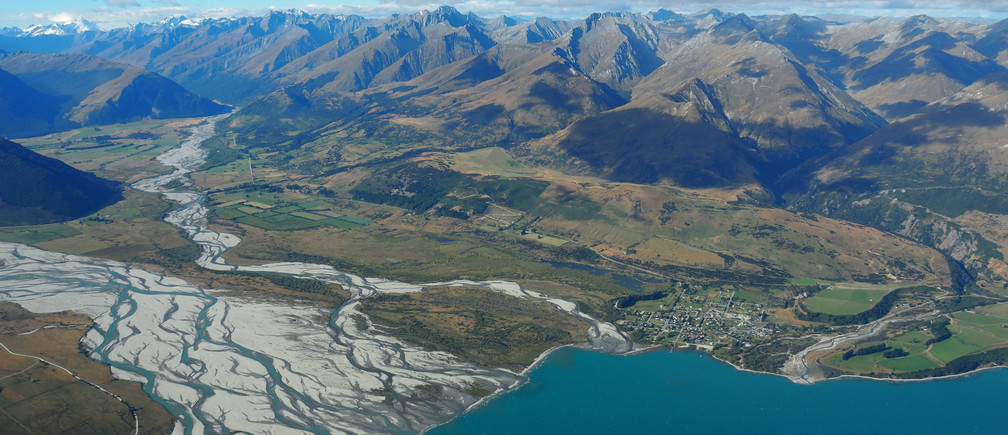 The town of Glenorchy on Lake Wakatipu and Otago river New Zealand March 7, 2017.      REUTERS/Henning Gloystein - RTX3129U
