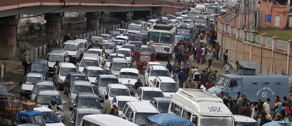 Vehicles jam the road after a flyover was briefly closed to vehicular traffic for precautionary measures following an earthquake in Srinagar October 26, 2015. A powerful earthquake struck a remote area of northeastern Afghanistan on Monday, shaking the capital Kabul with shockwaves being felt in northern India and in Pakistan, where hundreds of people ran out of buildings as the ground rolled beneath them.   REUTERS/Danish Ismail       TPX IMAGES OF THE DAY      - GF20000033695
