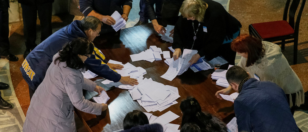 Members of a local electoral commission count ballots after a presidential election at a polling station in Chisinau, Moldova, October 30, 2016.   REUTERS/Gleb Garanich - RTX2R3U6