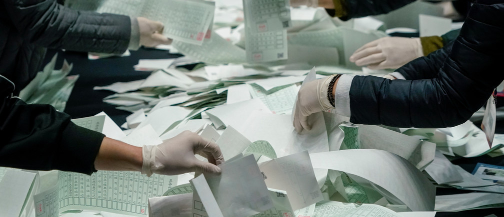 National Election Commission officials count ballots for the parliamentary elections, amid the coronavirus disease (COVID-19) outbreak, in Seoul, South Korea, April 15, 2020. REUTERS/Kim Hong-Ji - RC2Z4G9ZNBOB