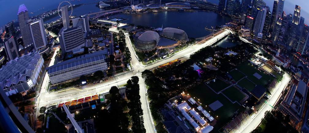 The Marina Bay street circuit is lit up ahead of the Singapore F1 Grand Prix Night Race in Singapore September 15, 2016. REUTERS/Edgar Su - RTSNUSM