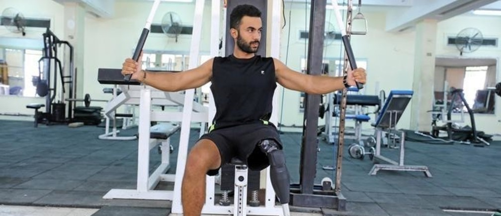 Egyptian swimmer Omar Hegazy, who is the first one-legged man to swim across the Gulf of Aqaba from Egypt to Jordan, works out at a gym in Cairo, Egypt May 20, 2017. Picture taken May 20, 2017. REUTERS/Mohamed Abd El Ghany
