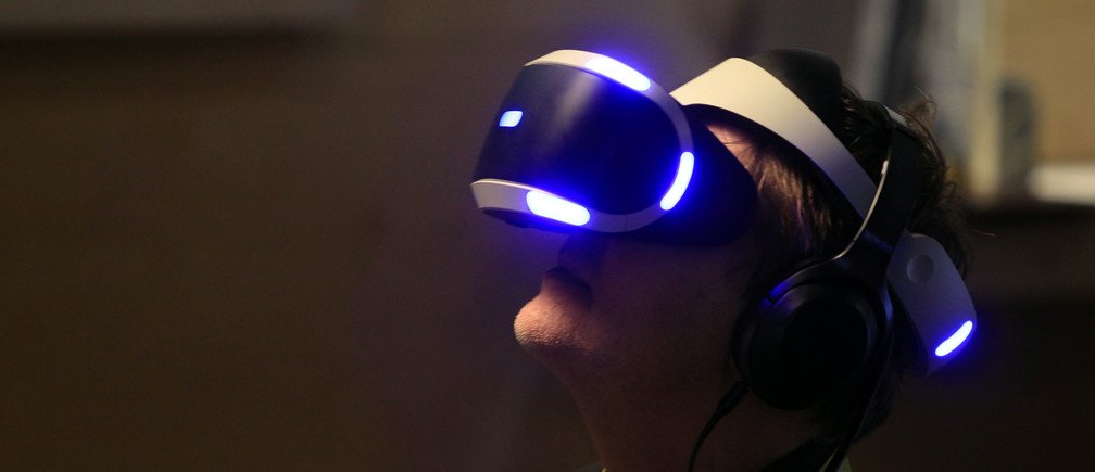 A man tries out a Playstation VR headset during a Sony news conference at the 2017 CES in Las Vegas, Nevada January 4, 2017. REUTERS/Steve Marcus - RTX2XKWQ