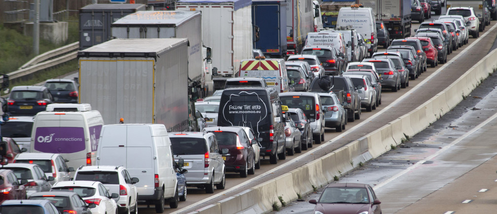 A car drives clockwise along the M25, as anti-clockwise traffic is at a standstill after heavy rain and road works caused a 20 mile jam on London's orbital motorway, November 14, 2014.   REUTERS/Peter Nicholls  (BRITAIN - Tags: SOCIETY TRANSPORT ENVIRONMENT) - RTR4E5YI