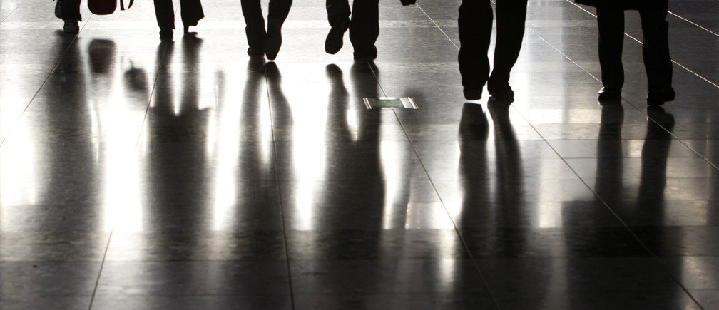 People walk along a corridor of an exhibition hall in Tokyo January 25, 2008.  REUTERS/Toru Hanai (JAPAN) - GM1DXCRVVFAA