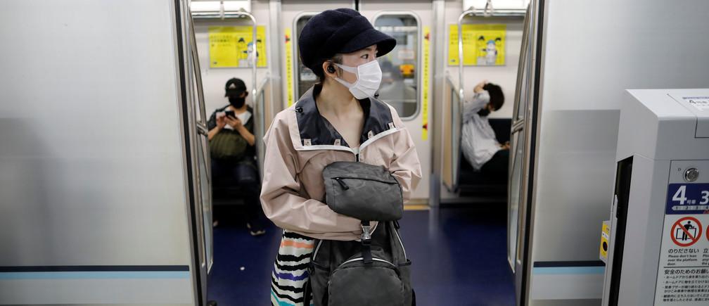 Pasajeros con máscaras protectoras son vistos en medio del brote de la enfermedad coronavirus (COVID-19), en la recién inaugurada estación Toranomon Hills del Metro de Tokio, Japón, el 6 de junio de 2020.