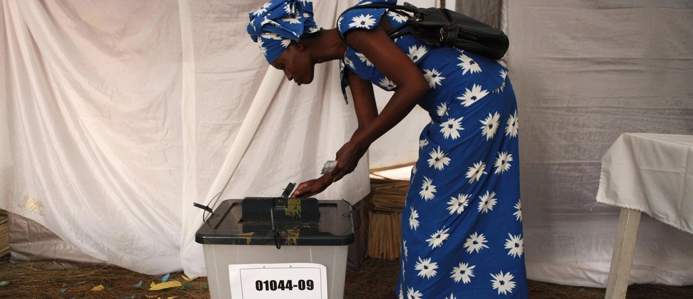 A voter casts her ballot during Rwanda's presidential election, in Kigali August 9, 2010.  REUTERS/Finbarr O'Reilly (RWANDA - Tags: POLITICS ELECTIONS IMAGES OF THE DAY) - RTR2H5X4