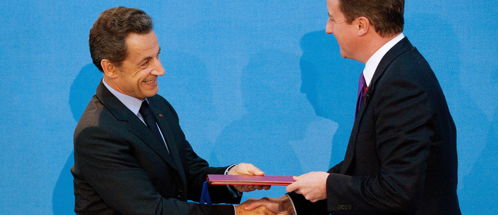 Britain's Prime Minister David Cameron (R) and France's President Nicholas Sarkozy shake hands after signing a treaty during an Anglo-French summit at Lancaster House in London November 2, 2010. Britain and France agreed on Tuesday to set up a joint military force and share equipment and nuclear missile research centres in what Prime Minister David Cameron hailed as a new chapter in their relations.  REUTERS/Leon Neal/POOL   (BRITAIN - Tags: POLITICS MILITARY) - LM1E6B214OZ01