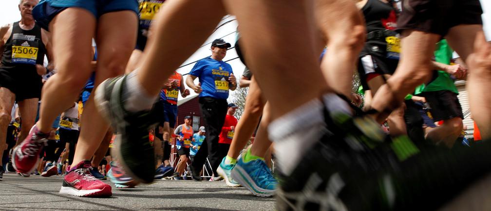 Runners from wave 4 cross the starting line for the 121st running of the Boston Marathon in Hopkinton, Massachusetts, U.S. April 17, 2017.  REUTERS/Lisa Hornak - RTS12ORI
