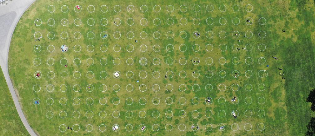 Los bañistas del Parque Dolores de San Francisco yacen en círculos pintados para ayudar al distanciamiento social.