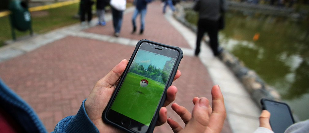 People play Pokemon Go at El Olivar park in San Isidro district of Lima, Peru, September 2, 2016. REUTERS/Mariana Bazo - S1AETZCDYTAA