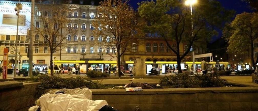 A homeless woman lies on the street in Budapest, Hungary, October 14, 2018. Picture taken October 14, 2018. REUTERS/Bernadett Szabo - RC1CC0F37D80