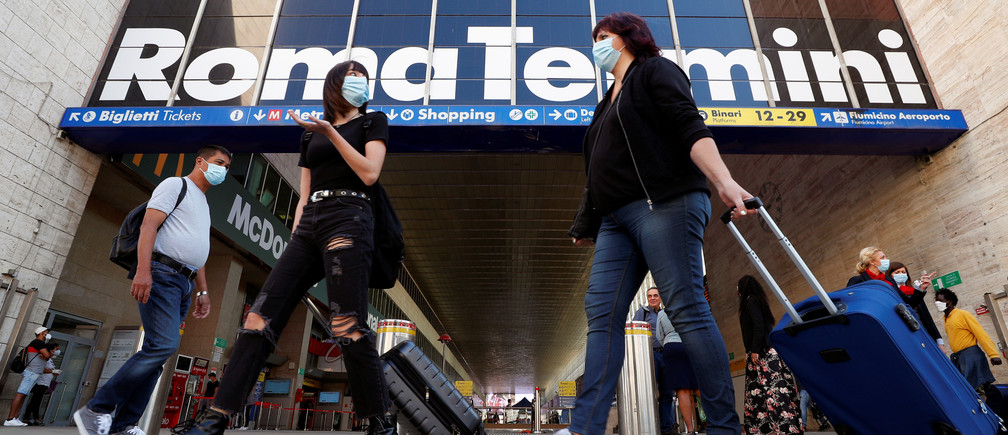 Passengers carry their luggage at Rome's Termini train station as Italy relaxes more of its restrictions and allows free movement across the country to unwind its rigid lockdown due to the coronavirus disease (COVID-19) outbreak, in Rome, Italy, June 3, 2020. REUTERS/Guglielmo Mangiapane - RC2J1H9S4PCT