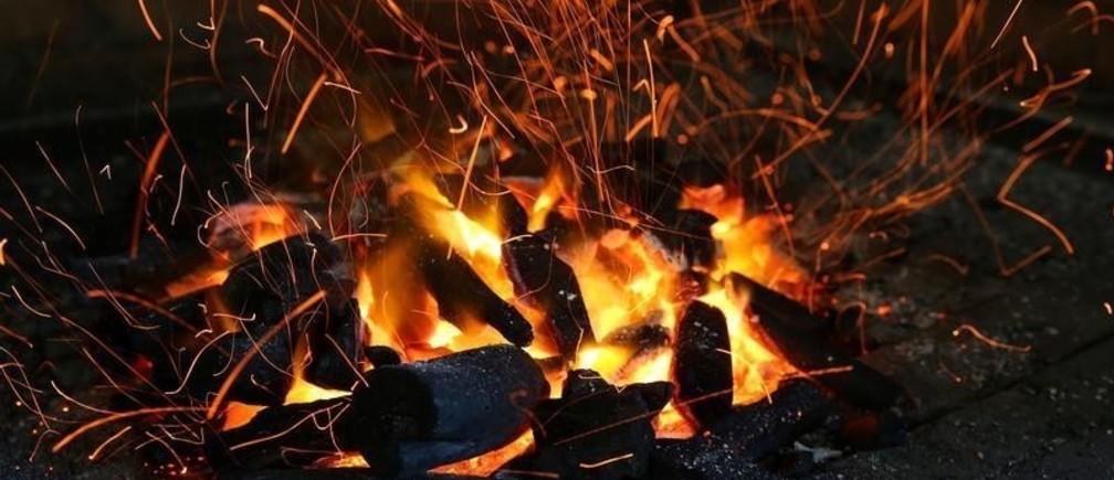 Hot coal burns to cook meat at El Paller restaurant in Premia de Mar, Spain July 30, 2017. REUTERS/Albert Gea - RC142871A4D0