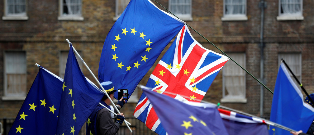 Protesters wave the EU and Union flags outside the Palace of Westminster in London, Britain, December 20, 2017. REUTERS/Peter Nicholls - RC1D485179F0