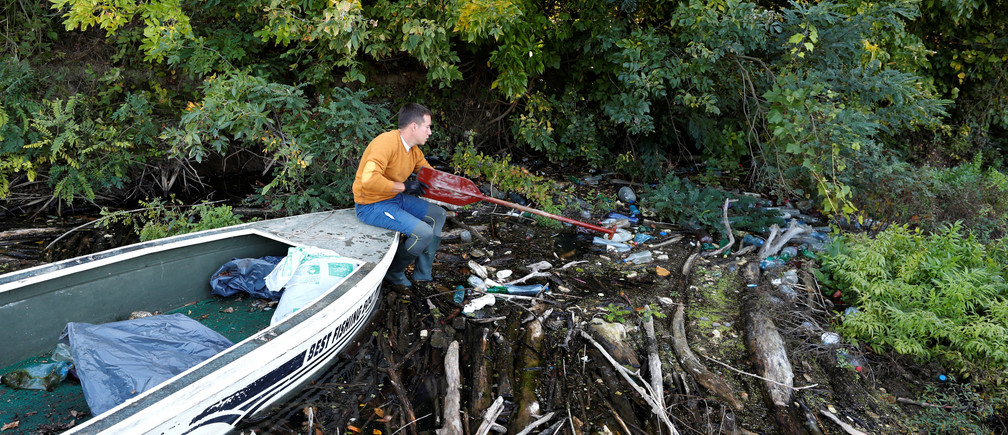 Bence Pardy, 32-year-old, collects waste from River Tisza near Tiszafured, Hungary, October 1, 2019. Picture taken October 1, 2019. REUTERS/Bernadett Szabo - RC13F5D65C70