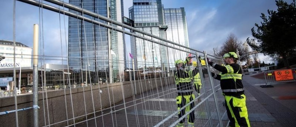 Workers erect fences around the area of the Swedish Exhibition and Congress Centre, ahead of Friday's EU Social Summit on growth and social justice, in Gothenburg, Sweden November 15, 2017. TT News Agency/Bjorn Larsson Rosvall via REUTERS  ATTENTION EDITORS - THIS IMAGE WAS PROVIDED BY A THIRD PARTY. SWEDEN OUT. NO COMMERCIAL OR EDITORIAL SALES IN SWEDEN - RC1552CCCDD0