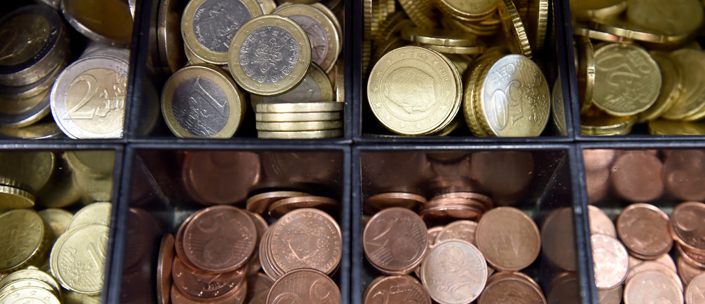 Euro coins are displayed in a shop in Brussels, Belgium November 14, 2017. REUTERS/Eric Vidal - RC1F7B9AA930