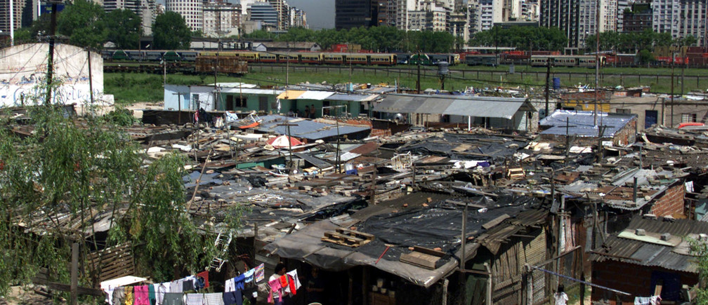 Overview of the shantytown known as Villa 31, home of some 20,000 poor Argentines and immigrants from neighboring Paraguay and Bolivia, is separated by train tracks and a road from the city's richest neigborhood, Recoleta, in the center of Buenos Aires, October 19. Argentines go to the polls October 24, desperate to stabilize the economy and lower inequalities instead of raising them as outgoing President Carlos Menem did.EM - RTRRMOU