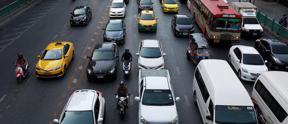 Vehicles are seen stuck in traffic along a road in Bangkok, Thailand December 18, 2018. REUTERS/Soe Zeya Tun - RC1764C3F810