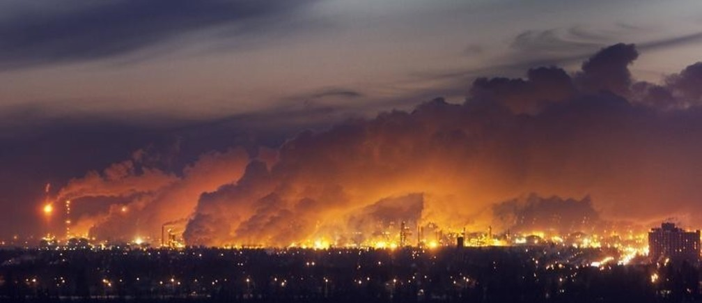 Steam rises from nearby oil refineries over the city just before dawn in Edmonton, Alberta December 8, 2009. A winter cold snap has covered the western province in temperatures averaging in the minus 30 celsius range and is expected to last a week.      REUTERS/Andy Clark     (CANADA SOCIETY ENVIRONMENT) - GM1E5C902GM01
