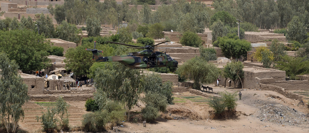 French President Emmanuel Macron's helicopter flies over Gao as he visits French troops in Africa's Sahel region in Gao, northern Mali, 19 May 2017. REUTERS/Christophe Petit Tesson/Pool - RTX36M9T