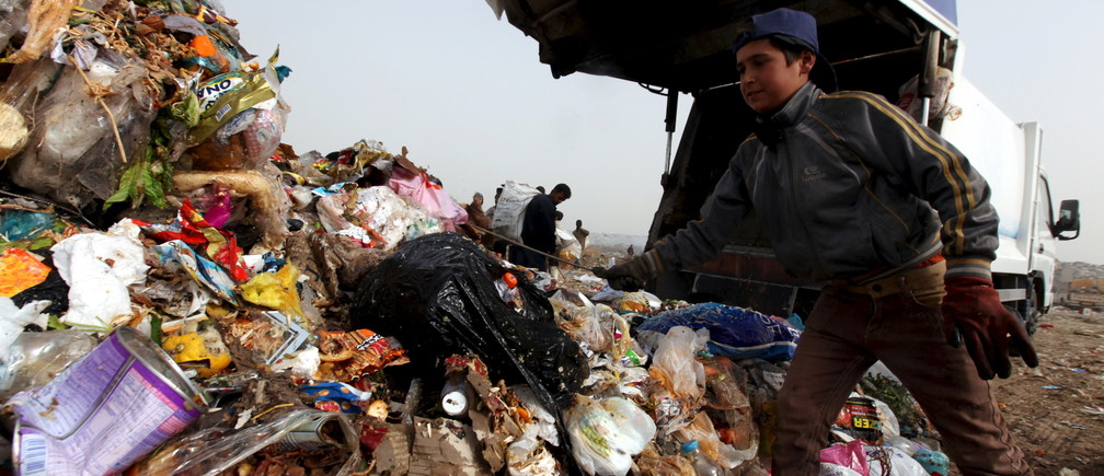 Garbage pickers collect recyclable materials at a garbage dump in Erbil, in Iraq's northern autonomous Kurdistan region, February 21, 2016. REUTERS/Azad Lashkari  - RTX27XXX
