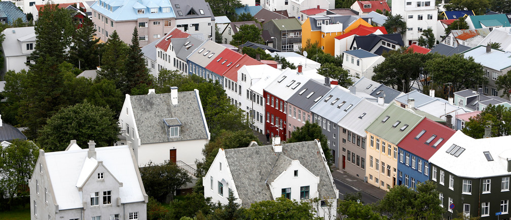 A general view shows the city of Reykjavik, seen from Hallgrimskirkja church, Iceland August 4, 2017. REUTERS/Michaela Rehle - RC1EE9C178C0