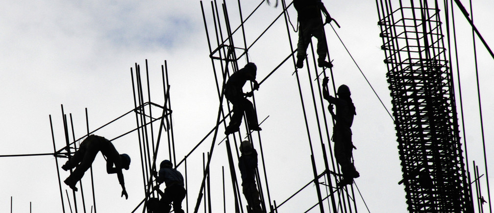 Construction labourers work on steel cables at a construction site for a commercial building in Fort Bonifacio, metro Manila November 20, 2007. REUTERS/John Javellana (PHILIPPINES) - GM1DWQFJWGAA