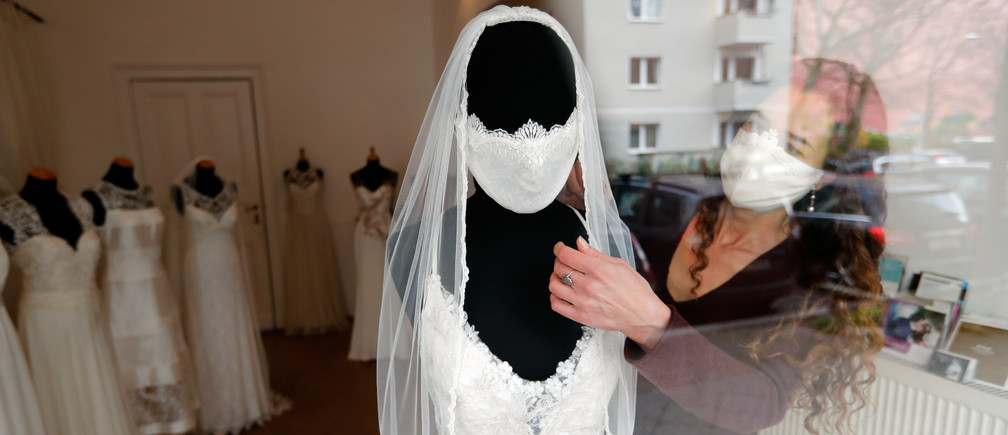 Fashion designer and tailor Friederike Jorzig presents a face mask for wedding dresses in her shop 'Chiton', as the spread of the coronavirus disease (COVID-19) continues in Berlin, Germany, March 31, 2020. REUTERS/Fabrizio Bensch - UP1EG3V0X9KHM