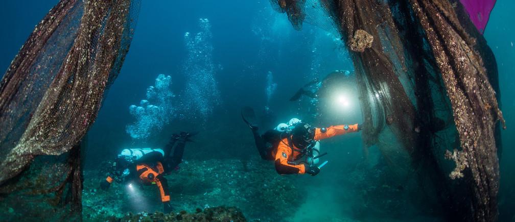 Cientos de miles de toneladas de artes de pesca se pierden o se arrojan en los océanos del mundo cada año.