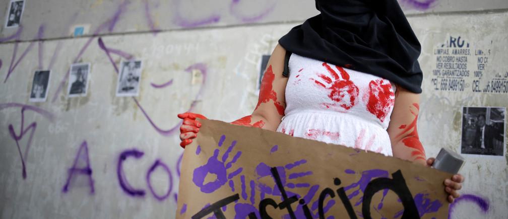 """Una mujer participa en una protesta para exigir justicia para las víctimas de femicidio y violencia de género en Ciudad Juárez, México, el 7 de marzo de 2020. El cartel dice """"Justicia"""". REUTERS/Jose Luis González"""