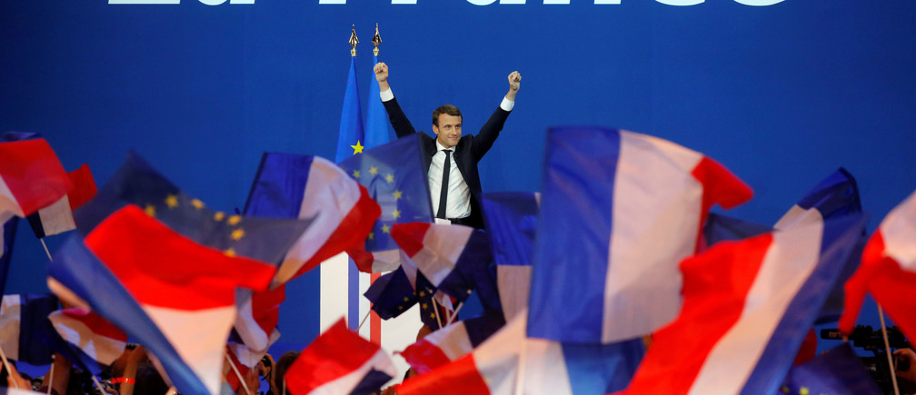Emmanuel Macron, head of the political movement En Marche !, or Onwards !, and candidate for the 2017 French presidential election, celebrates on stage at the Parc des Expositions hall in Paris after partial results in the first round of 2017 French presidential election, France, April 23, 2017.   REUTERS/Philippe Wojazer     TPX IMAGES OF THE DAY - RTS13LIV