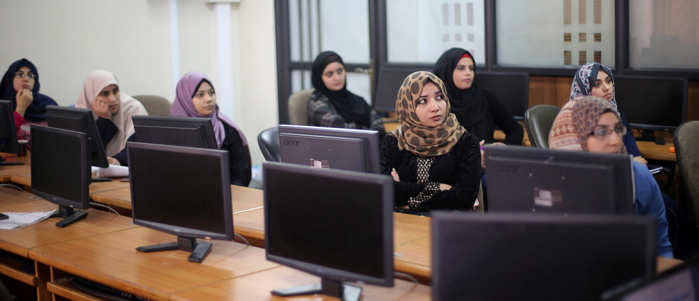 Palestinian entrepreneurs attend a training session in UCAS Technology Incubator office in Gaza City October 31, 2016. Picture taken October 31, 2016. REUTERS/Ibraheem Abu Mustafa   - RTX2SITS
