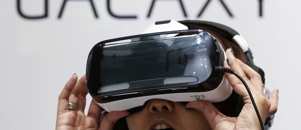 A visitor tries out Samsung's Galaxy Gear VR at its booth in Tokyo Game Show 2014 in Makuhari, east of Tokyo September 18, 2014. About 421 companies and organizations are participating in the Tokyo Games Show 2014, which will be held until September 21. REUTERS/Yuya Shino (JAPAN - Tags: ENTERTAINMENT SOCIETY BUSINESS) - RTR46PG1