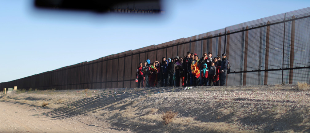 A group of Central American migrants prepares to surrender to U.S. Border Patrol Agents south of the U.S.-Mexico border fence in El Paso, Texas, U.S., March 6, 2019.  REUTERS/Lucy Nicholson - RC1A79BA6C40
