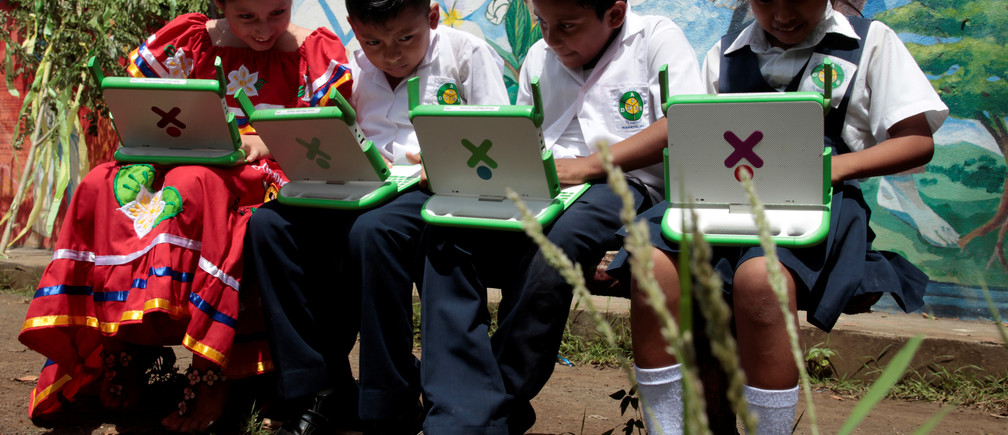 Schoolchildren use their XO laptops outside Laura Vicuna school in Laguna de Apoyo, Granada, Nicaragua October 17, 2017. REUTERS/Oswaldo Rivas - RC1D914A5010