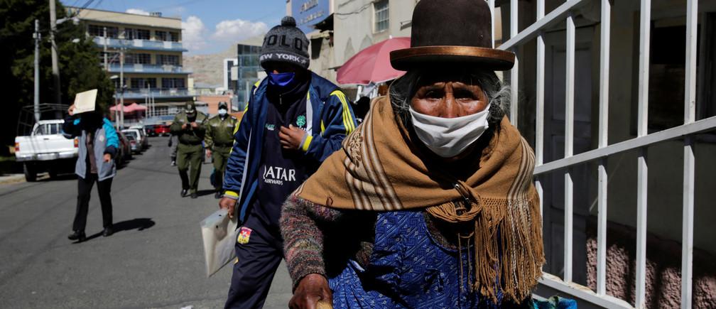 Una anciana camina fuera del hospital de Torax después de que fuera cerrado debido a un brote reportado de la enfermedad coronavirus (COVID-19) entre su personal médico, en La Paz, Bolivia, el 15 de junio de 2020.