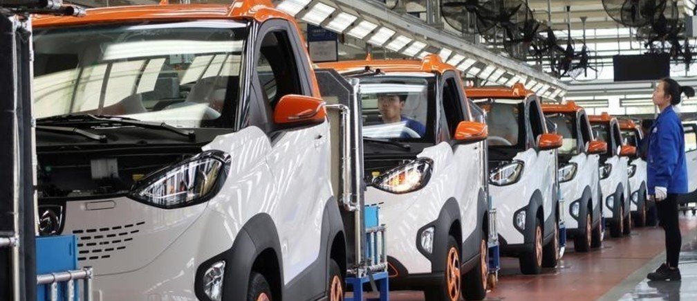 Workers inspect Baojun E100 all-electric battery cars at a final assembly plant operated by General Motors Co and its local joint-venture partners in Liuzhou, Guangxi Zhuang Autonomous Region, China, November 8, 2017. Picture taken November 8, 2017. REUTERS/Norihiko Shirouzu - RC19D20C7350