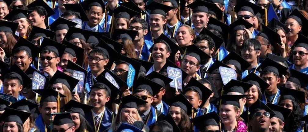 Graduating students listen as the 14th Dalai Lama delivers the commencement speech to the 2017 graduating class at UC San Diego in San Diego, California, U.S. June 17, 2017.  REUTERS/ Mike Blake - RC183F3B94E0