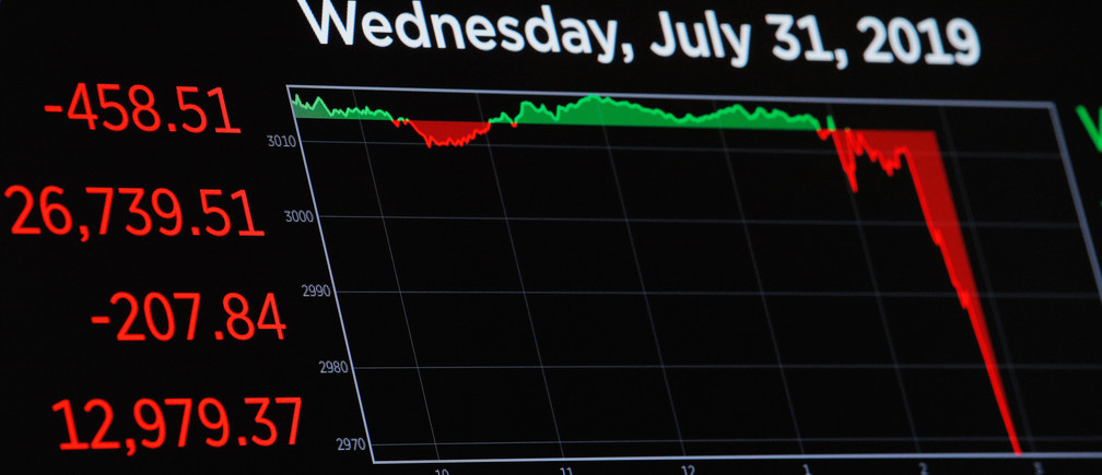 A chart tracks the Dow Jones Industrial Average following the U.S. Federal Reserve interest rates announcement as traders work on the floor of the New York Stock Exchange (NYSE) in New York, U.S., July 31, 2019. REUTERS/Brendan McDermid - HP1EF7V1H18LE