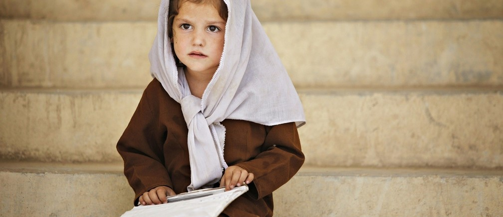 A schoolgirl sits on the steps outside her classroom at Syed Pasha school, built by Canadian troops, near Kandahar Air Field September 8, 2009. REUTERS/Finbarr O'Reilly (AFGHANISTAN CONFLICT POLITICS EDUCATION) - RTR27KEI